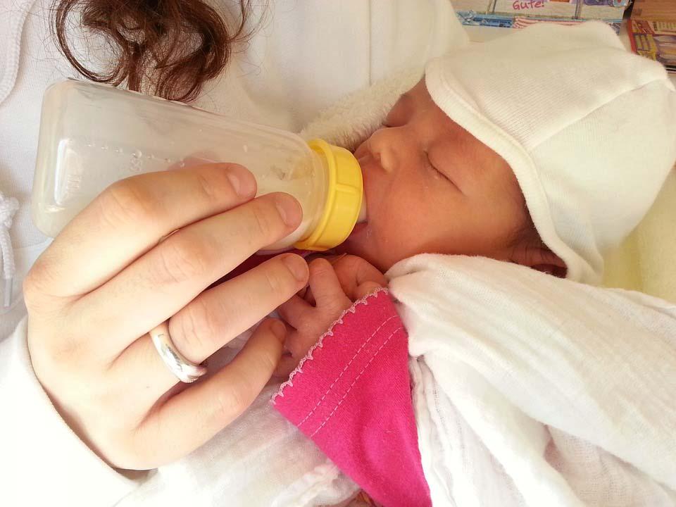 baby bekommt fläschen verträgt pre nahrung nicht milchpulver comfort